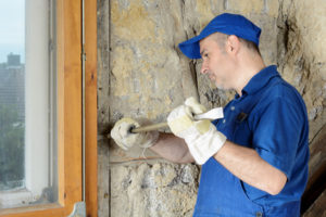 Handwerker entfernt Fensterrahmen